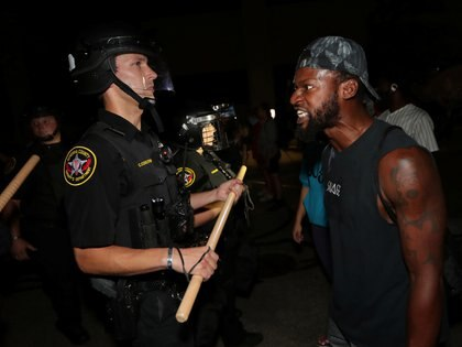 Un hombre confronta a la policía de Kenosha después que un afroamericano fuera baleado (Mike De Sisti/Milwaukee Journal Sentinel via USA TODAY via REUTERS)