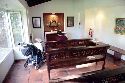 Las puertas de la capilla siempre están abiertas y es común encontrarse allí con huéspedes, voluntarios y profesionales.