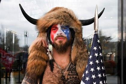 Jacob Anthony Chansley, también conocido como Jake Angeli, posa con la cara pintada con los colores de la bandera de Estados Unidos el 6 de enero de 2021 (REUTERS/Stephanie Keith)