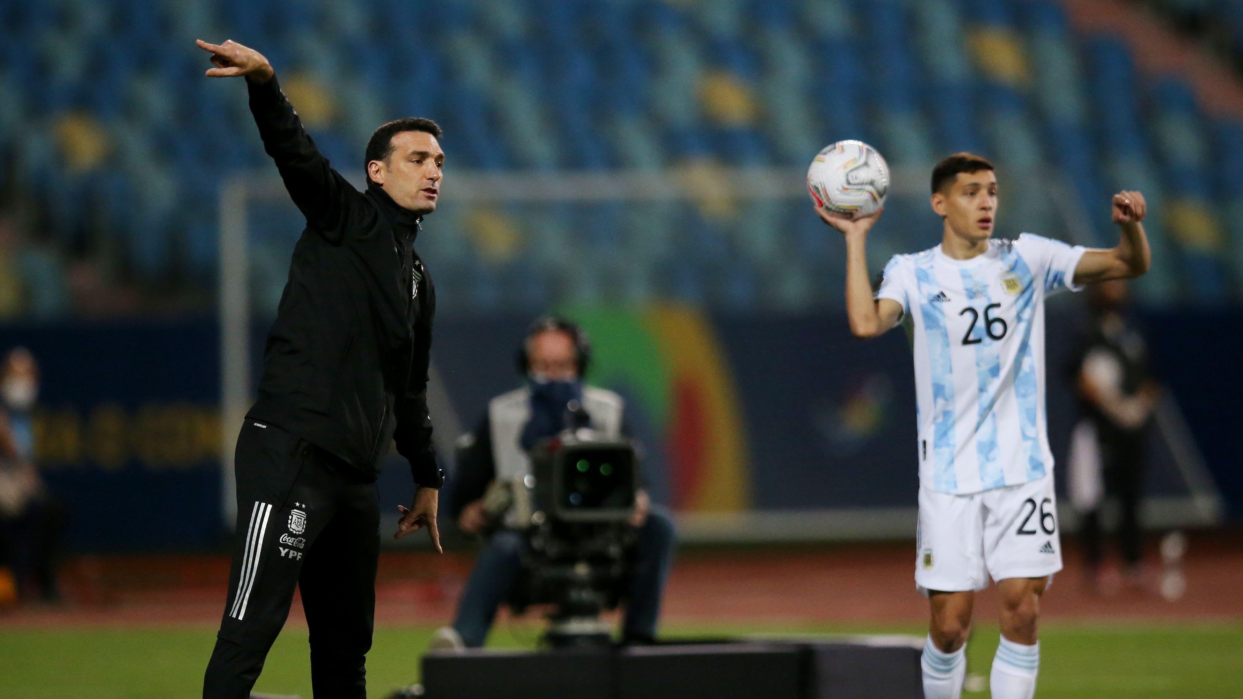 Lionel Scaloni da indicaciones, mientras Nahuel Molina se prepara para reanudar el juego ante Ecuador. Foto: REUTERS/Diego Vara