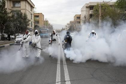 Bomberos desinfectan las calles en Teherán, Irán (Reuters)