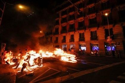 Una motocicleta arde durante la protesta en Barcelona, España, el 17 de febrero de 2021. REUTERS/Albert Gea