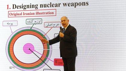Netanyhau mostró las copias de las 55.000 páginas y los 183 CDs que prueban el plan oculto de Teherán (AFP)