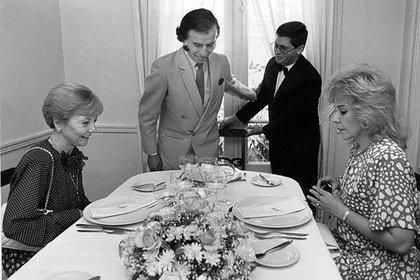 Carlos Menem, su mujer Zulema Yoma y la ex presidente Isabel Perón almorzando en un restaurante céntrico, Buenos Aires 1991 (AGN)