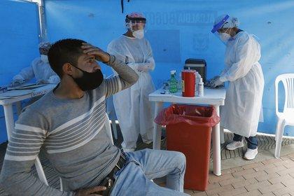 Personal médico toma muestras de covid en la localidad de Ciudad Bolívar este lunes, en Bogotá. EFE/Mauricio Dueñas Castañeda