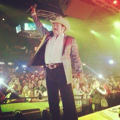 Invasores de Nuevo León lo lanzó al estrellato junto a otros cantantes como Luis González e Isidro Rodríguez (Foto: Instagram @ lalomoraoficial)