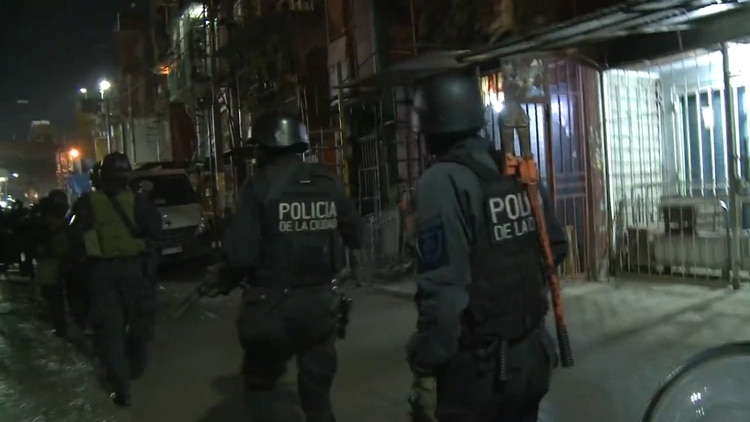 Efectivos de la Policía de la Ciudad en el Playón Este el sábado pasado.