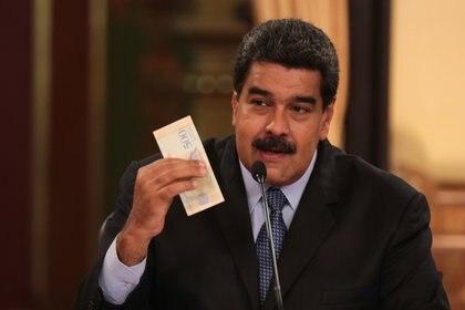 Maduro en rueda de prensa obligatoria de radio y televisión hablando sobre la moneda local