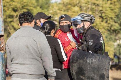 Algunos familiares de los detenidos fueron hasta el lugar para conocer lo que estaba pasando. (Nicolás Guerrero)