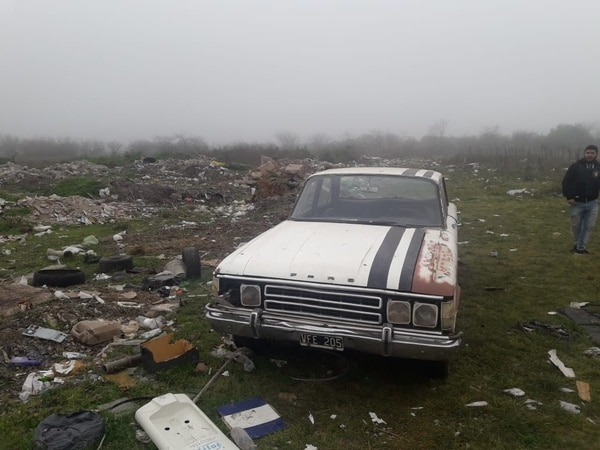 El Ford Falcon del secuestro, abandonado en un descampado.