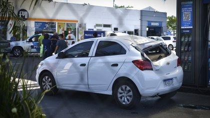 Uno de los vehículos que sufrieron el impacto del neumático