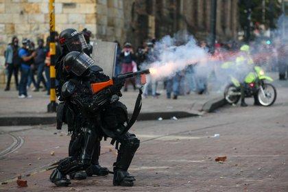 Un policía dispara gases lacrimógenos para dispersar a manifestantes durante una protesta contra las políticas económicas y sociales del presidente de Colombia, Iván Duque, en Bogotá, Colombia, 21 de enero, 2020. REUTERS/Luisa González
