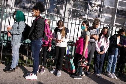 Los resultados que analizó el New York Times provienen de un nuevo régimen de pruebas de COVID-19 en las escuelas para que entre el 10% y el 20% del personal y los estudiantes se realice la prueba una vez por mes. (REUTERS/Caitlin Ochs)