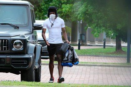 Tapabocas y bolsa con ropa: así llegó el colombiano Duván Zapata al entrenamiento del Atalanta, equipo de Bérgamo, una de las zonas más afectadas por el virus (Foto: EFE)