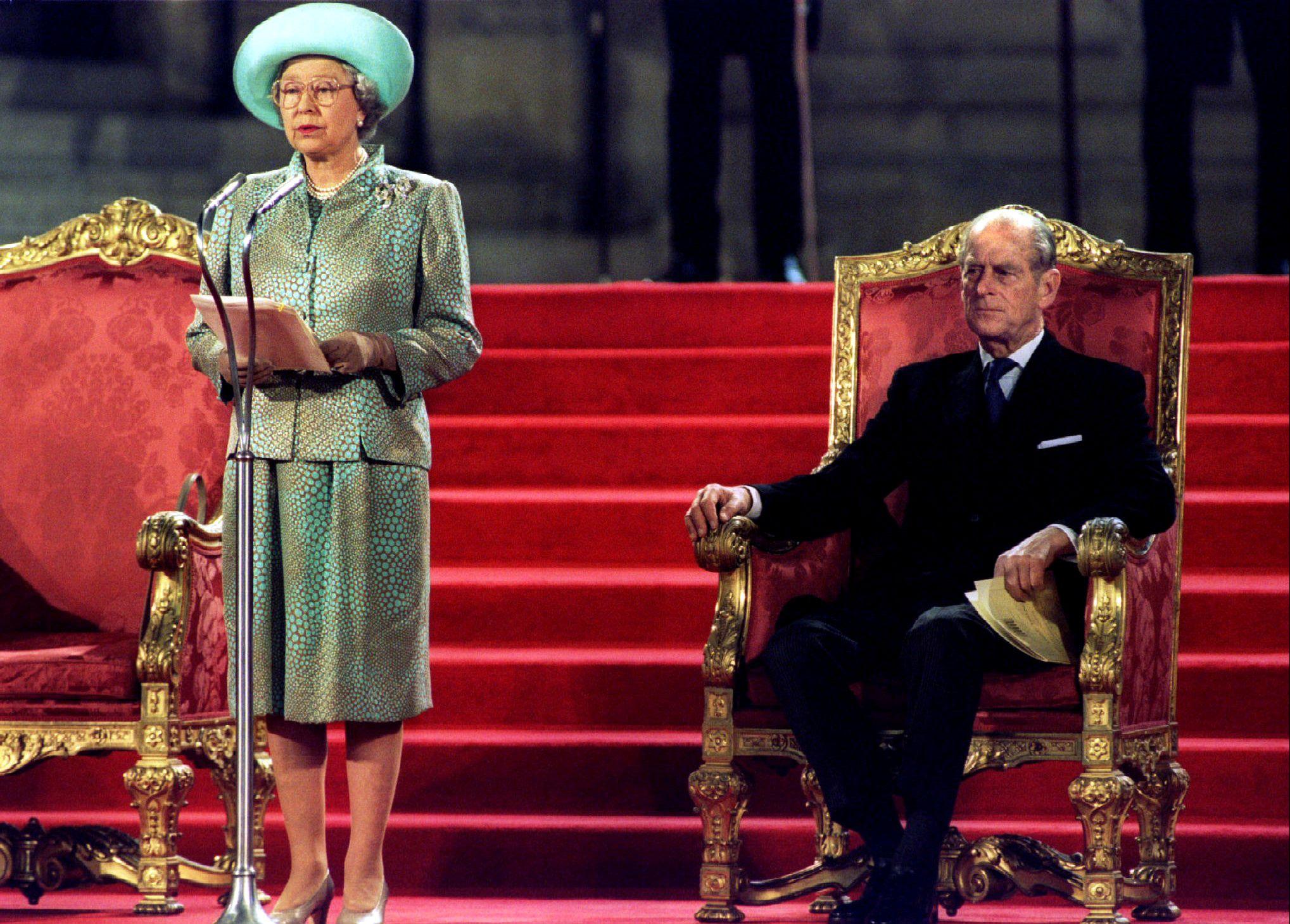 La reina Isabel II pronuncia un discurso ante ambas cámaras del Parlamento en el Palacio de Westminster el 5 de mayo de 1995 ante el Príncipe Felipe (Reuters)
