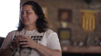 Miriam, la madre de David Chaparro, con la imagen de su hijo en el pecho. Un símbolo de la lucha de los padres de Cromañón (Lihueel Althabe)