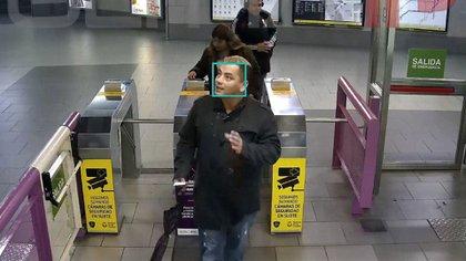 La tecnología de reconocimiento facial, utilizada cada vez con mayor frecuencia en aeropuertos o estaciones de trenes con objetivos de investigación migratoria o de seguridad