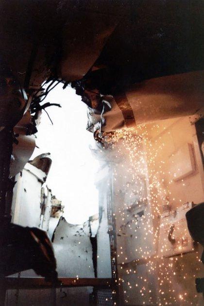 El casco perforado por donde ingresó la bomba lanzada por los Zeus