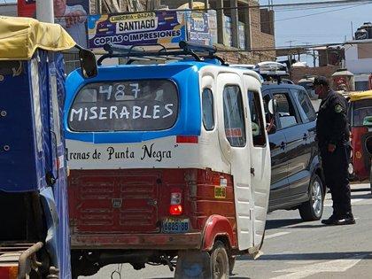 """Una inscripción en un vehículo en Lima contra los """"487 Miserables"""" que se vacunaron por un canal de privilegio"""