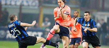 Walter Samuel disputa el balón con Zlatan Ibrahimovic en el partido de ida de las semifinales de la UEFA Champions League 2009/10 (AP)