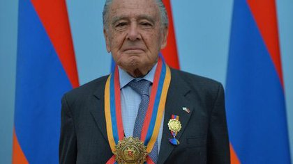 Eduardo Eurnekian con la condecoración de la Orden de la Patria de Armenia