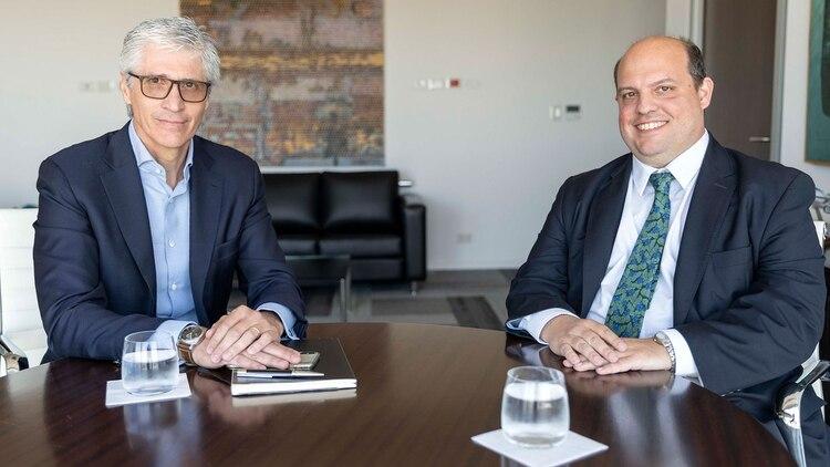 El anterior y el nuevo presidente de Aerolíneas Argentinas, Luis Malvido y Pablo Ceriani. Sonrisas de ocasión.
