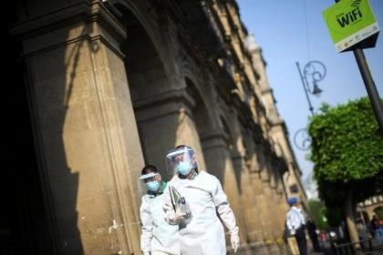 Trabajadores de la salud en el centro de la Ciudad de México durante la crisis de coronavirus en el país (Foto: Reuters/Edgard Garrido)