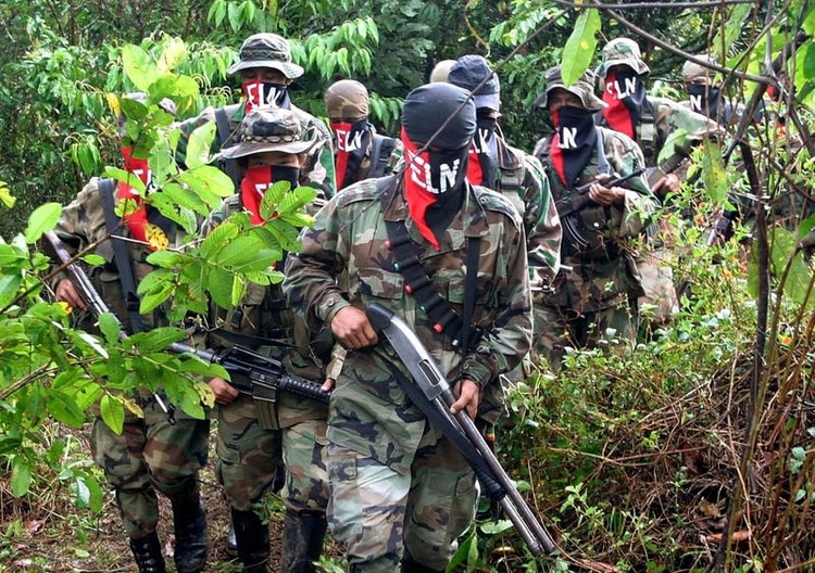 Guerrilleros del Ejército de Liberación Nacional (ELN) caminan por la selva (REUTERS/Albeiro Lopera)
