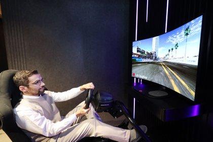 LG presentará en el marco de la feria CES 2021 una pantalla con panel OLED flexible de 48 pulgadas, con diseño un diseño que permite curvarla para mejorar la inmersión en los contenidos y enfocada a los videojuegos