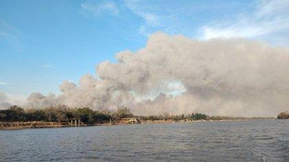 Varios usuarios compartieron en redes sociales imágenes de las llamas y el humo desde la costa de Rosario (@pablojavkin)