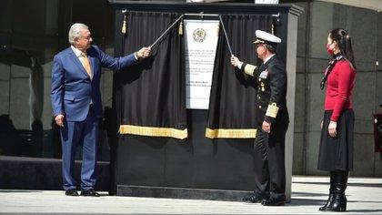 Andrés Manuel López Obrador develó un placa de reconocimiento al personal del Servicio de Sanidad Naval de la Secretaría de Marina (Foto: Presidencia de la República)