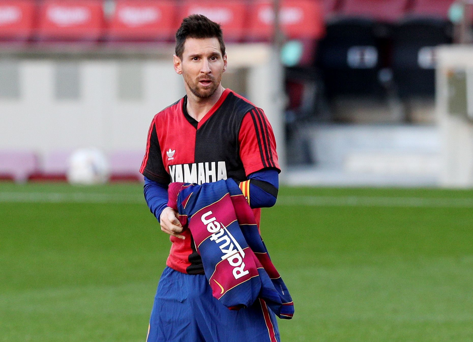 Lionel Messi recibió una tarjeta amarilla por sacarse la remera