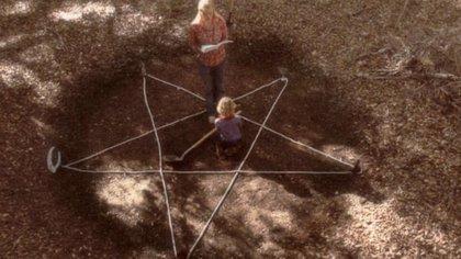 La pareja de hermanos protagonistas de Antrum haciendo un ritual para abrir las puestas del infierno.