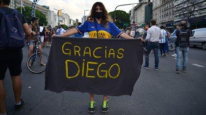 Personas se congregaron este miércoles en el representativo Obelisco, en Buenos Aires, para despedir a Maradona (Foto: Gustavo Gavotti/ Infobae)