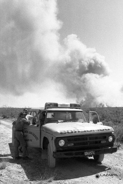 21 de enero de 1994. Un camión de los Bomberos Voluntarios de Puerto Madryn y, al fondo, el fuego (Gentileza José Luis Lazarte)