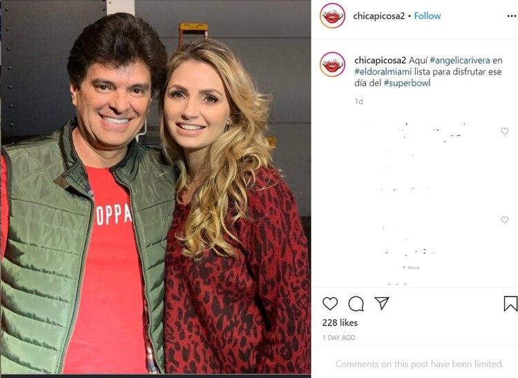 Angélica Rivera posa con Javier Sepúlveda durante el Super Bowl, se le ha visto con el productor constantemente. (Foto: @chicapicosa2)