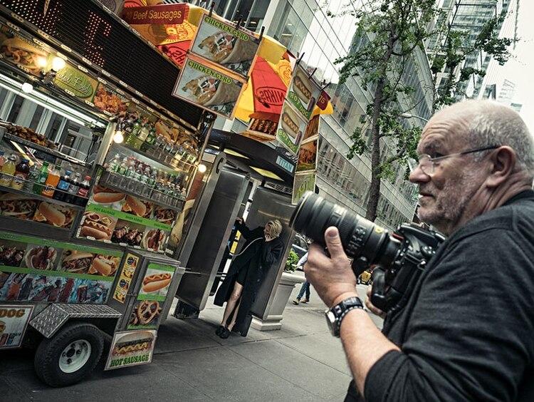 Lindbergh trabajando con su cámara en las calles de Nueva York. (Pirelli)