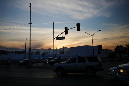 Personas conducen sus vehículos durante un apagón en la red eléctrica en Ciudad Juárez, Chihuaha (REUTERS / José Luis González)