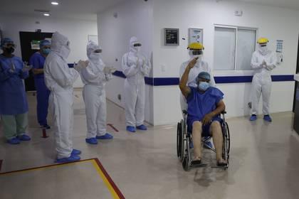 Un paciente con COVID-19 recibe aplausos de los trabajadores de la salud de la clínica Desa, durante su alta médica luego superar la enfermedad, este lunes en Cali (Colombia). EFE/Ernesto Guzmán Jr.