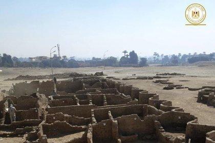 Arqueólogos egipcios han descubierto una gran ciudad de hace más de 3 mil años perdida bajo las arenas del desierto cerca de Luxor, que data del del faraón Amenhotep