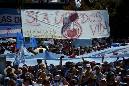 """La bandera con la frase ya """"célebre"""" entre aquellos que se oponen a la legalización del aborto"""
