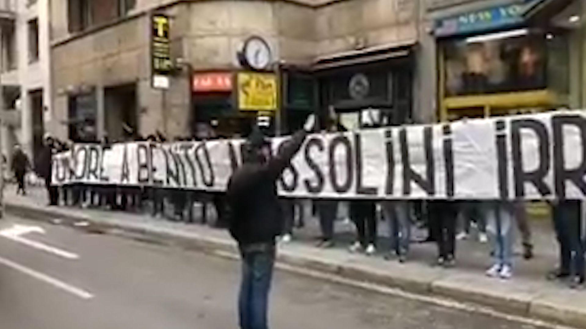 Ultras de Lazio con la bandera en honor a Benito Mussolini