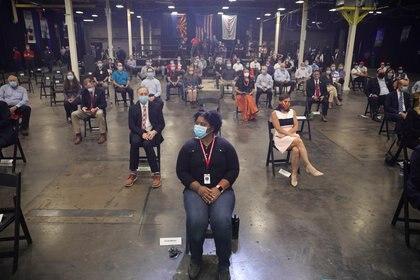 Trabajadores con máscaras faciales esperan la llegada del presidente Donald Trump a su fábrica en Phoenix, Arizona REUTERS/Tom Brenner