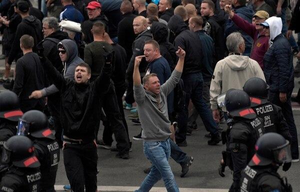 Un manifestante ultraderechista grita durante las protestas en Chemnitz (AP/Jens Meyer)