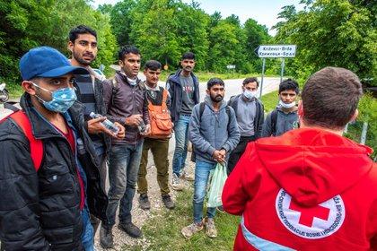 La relajación de los controles fronterizos y de las restricciones de movimiento en los Balcanes, donde la pandemia de coronavirus va remitiendo, hace que cientos de refugiados atrapados en Bosnia se pongan de nuevo en camino en su intento de llegar a los países ricos de Europa. EFE/Velija Hasanbegovic