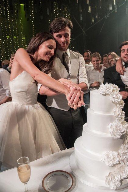 Los novios cortan la torta de casamiento