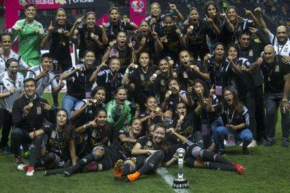 El equipo de Tigres femenil festejando en 2018 su primer título de Liga desde la profesionalización del deporte en México (Foto: Cuartoscuro)
