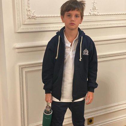 Constantino, con su uniforme escolar