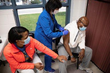 Ray James, de 40 años, recibe la vacuna contra el COVID-19 en Lima, Ohio. REUTERS/Megan Jelinger