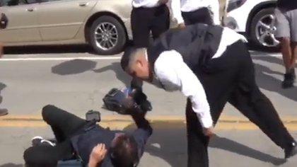 Un miembro del equipo de seguridad se acercó a escupir al camarógrafo